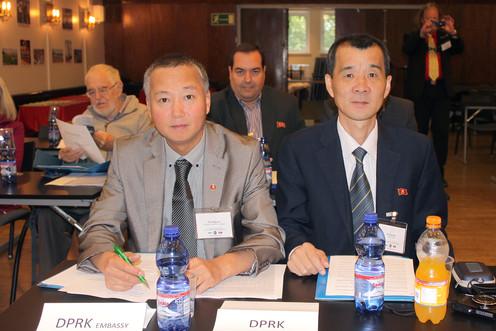 KDKT:n Tukholman suurlähetystön konsuli Kim Jong Guk sekä KDKT:n edustaja Ri Yong Man