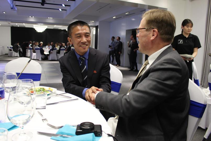 KDKT:n Mongolian suurlähetystön edustaja ja Suomen Juha Kieksi vaihtoivat kuulumisia