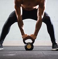 Elevación del hombre muscular Hervidor b