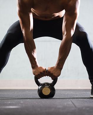 Muskulös man Lyft Kettle Ball
