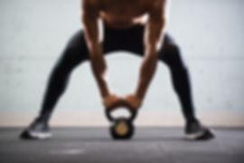 Muskuløs mann Løfte Kettle Ball