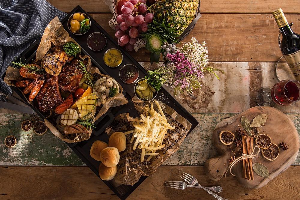 mesa con frutas y varios alimentos de comida basura