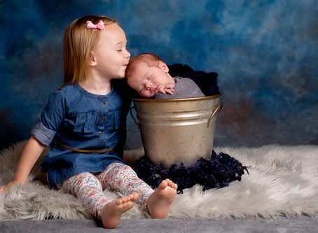 5 Tricks for Getting Great Newborn Pictures with their Siblings