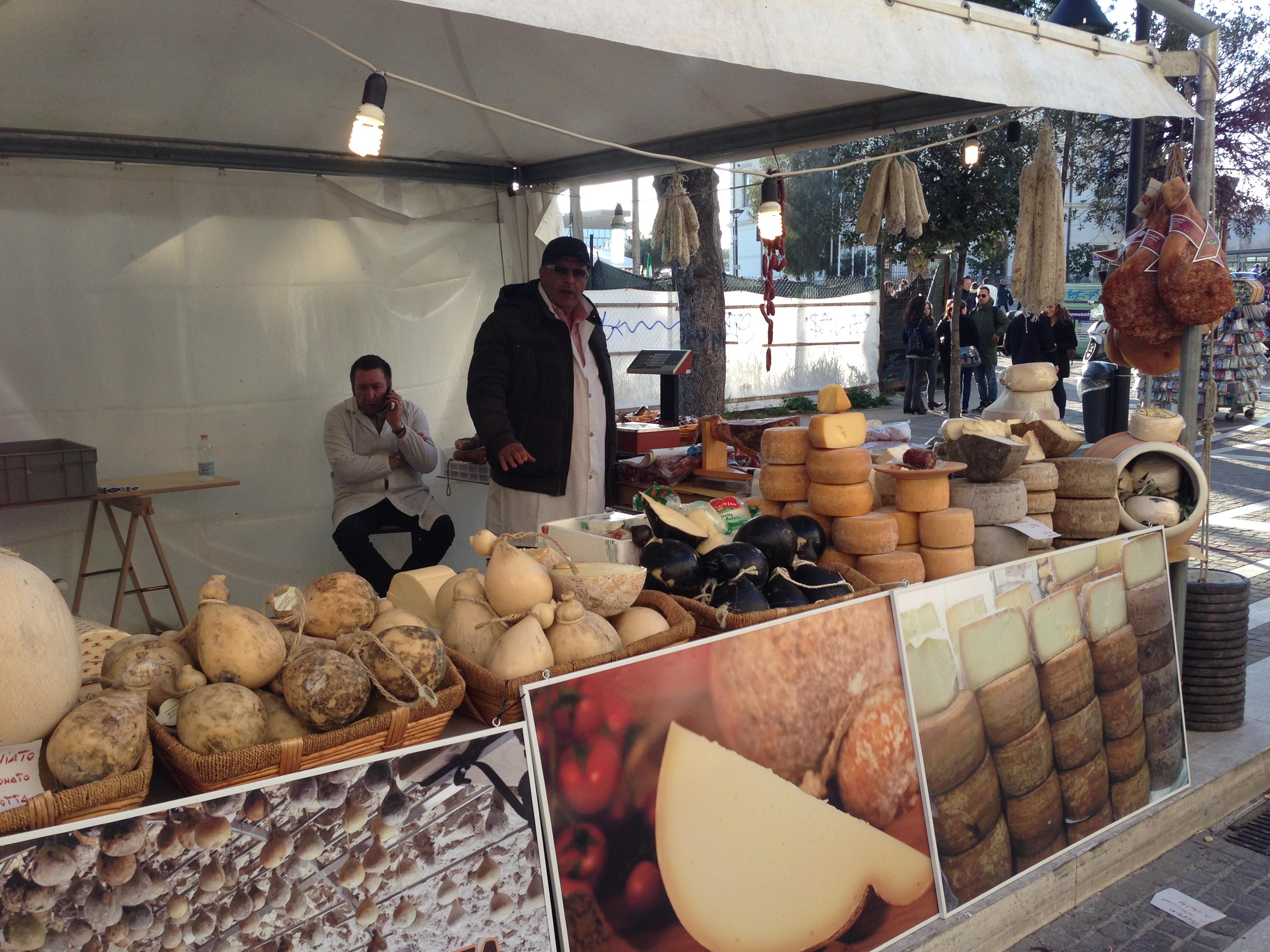 דוכן גבינות בפסטיבל רחוב באוהל