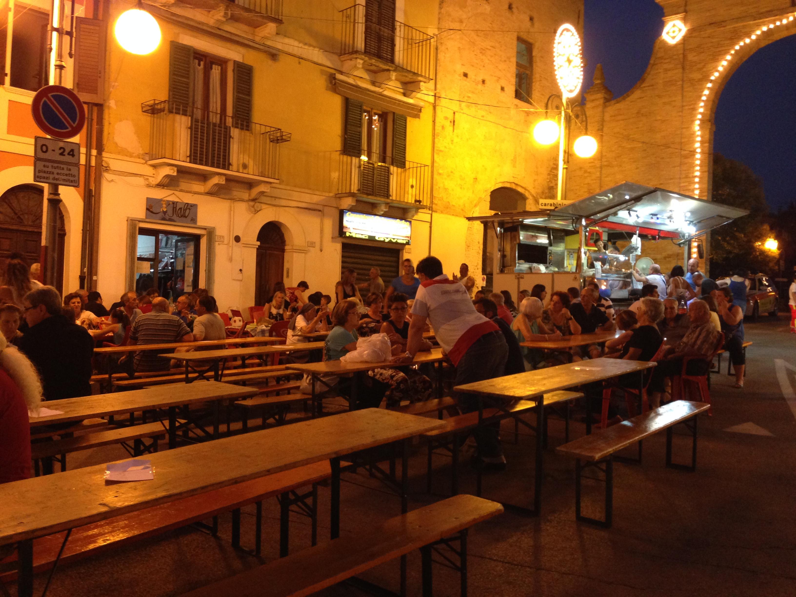 מתחם אוכל בפסטיבל כפרי בלילה