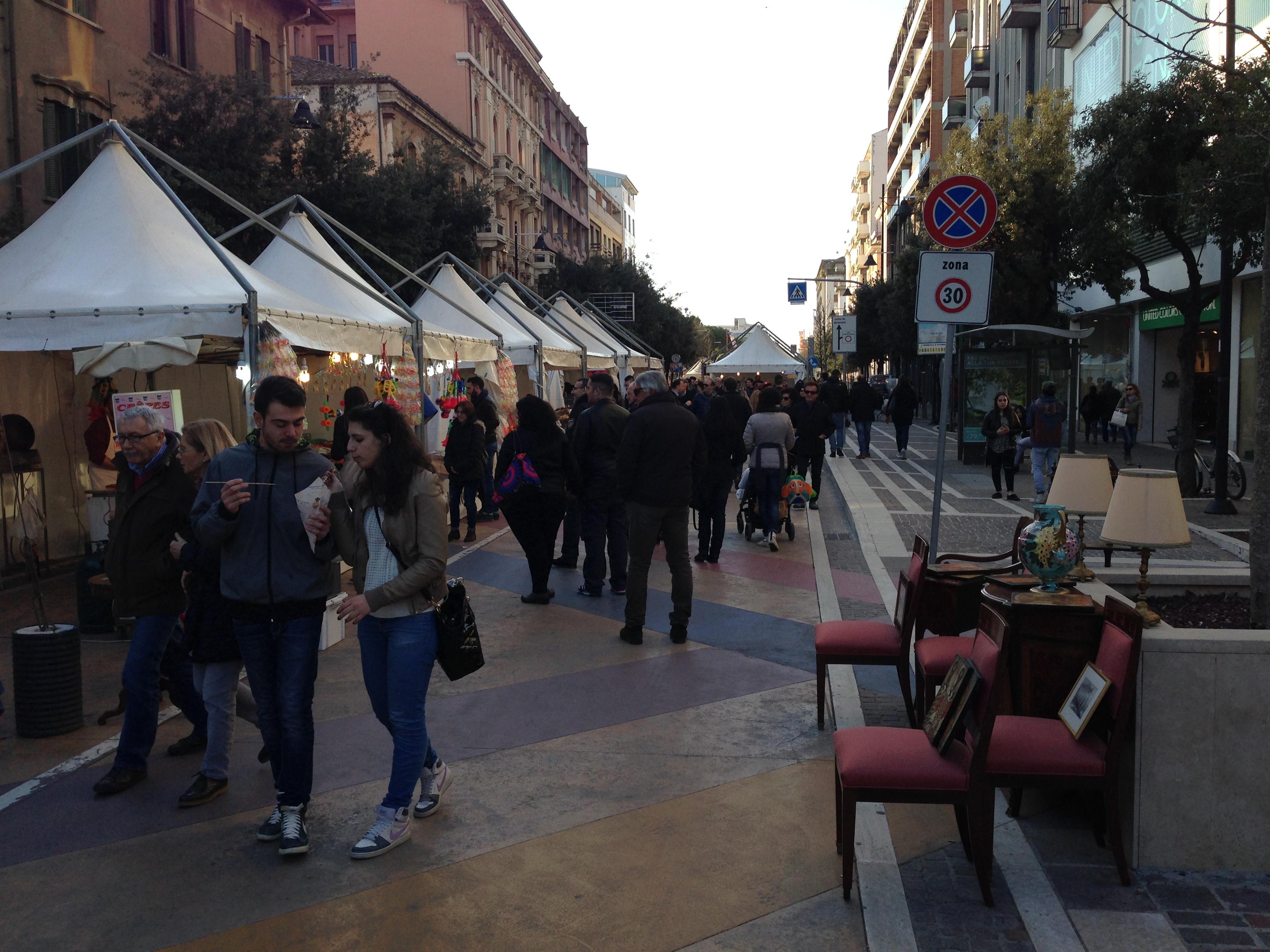 רחוב שהפך למתחם מכירת מזון בעת פסטיב