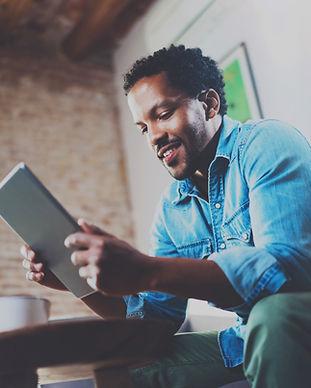 Un homme regarde sa tablette