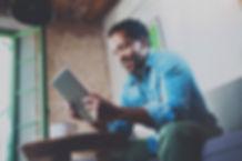 Een man kijkt naar zijn tablet-apparaat