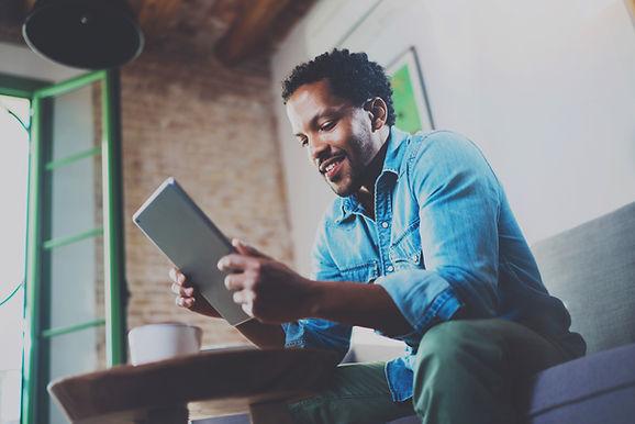 Ein Mann, der sein Tablet-Gerät betracht