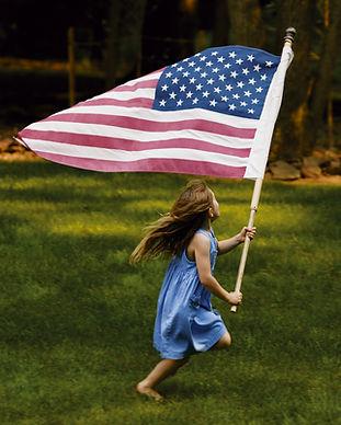 Fille Courir avec le drapeau