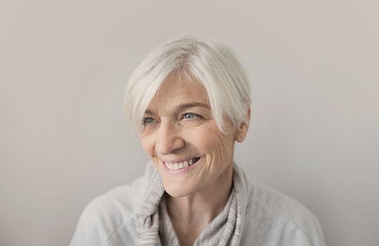 Smilende ældre kvinde