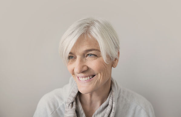 Улыбающаяся пожилая женщина