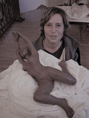 travail d'une sculpture de nu en argile
