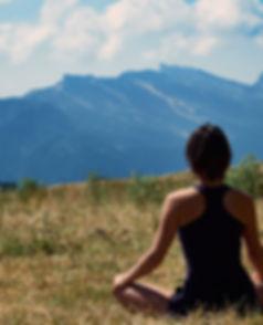Pratiquer le yoga, c'est accepter de faire l'expérience d'unir le corps et l'esprit, le matériel et le spirituel pour retrouver une harmonie. Cette pratique posturale, respiratoire, mentale et méditative, vise à améliorer la conscience corporelle, la qualité du souffle, la concentration, le calme. Plus qu'une pratique, le yoga est une philosophie de vie en pleine conscience, permettant de retrouver sa propre nature et d'écouter ses réalités.