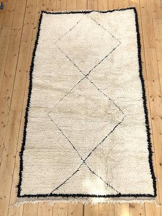 tapis berbère Beni Ouarain à losanges noirs dans la trame 2,23x1,27m