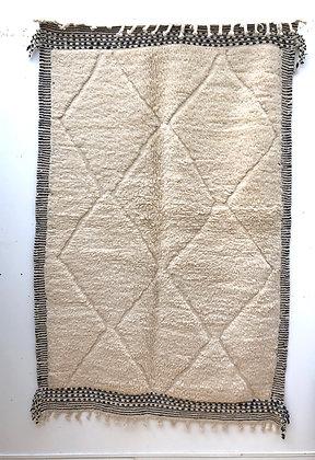 Tapis berbère Beni Ouarain à motifs blancs dans la trame et cadre Zanafi 2,33x1,