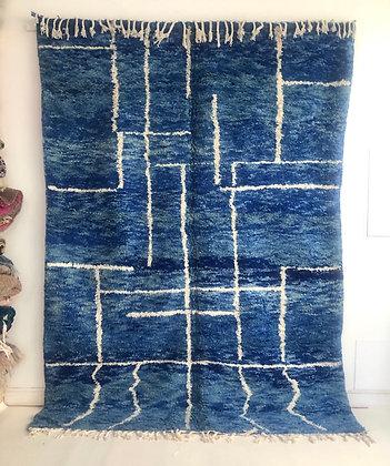 Tapis berbère beni ouarain bleu chine à motifs blancs 2,87x2,05m