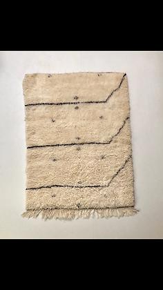 Tapis berbère Marmoucha à motifs noirs 1,56x1,2m