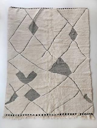 Tapis berbère Beni Ouarain écru à motifs noirs gravés 2,88x2,06m