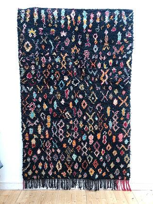 Tapis berbère Boujaad noir à motifs colorés 2,44x1,60m