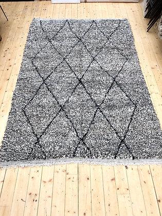 Beni Ouarain 3,06x2m moucheté gris, marron et écru avec losanges noirs