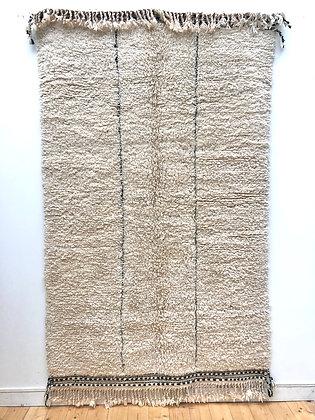 Tapis berbère Beni Ouarai écru à lignes noires gravées dans la trame 2,28x1,49m