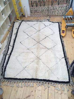 Beni Ouarain à losanges noirs et contour noir 2,5x1,5m