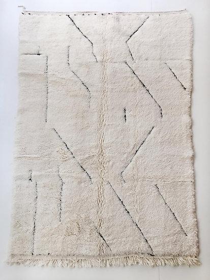 Tapis berbère Beni Ouarain écru à motifs noirs gravés 2,38x1,52m