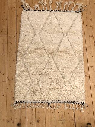 Tapis berbère Beni Ouarain à motifs blancs dans la trame 1,44x1m
