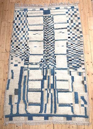 Tapis berbère Azilal écru à motifs nuances de bleu et de beige 2,34x1,47m