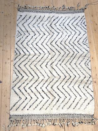 Tapis berbère Beni Ouarain à zigzags noirs 1,9x1,3m