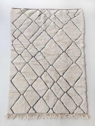 Tapis berbère Beni Ouarain écru à motifs noirs gravés 2,43x1,53m