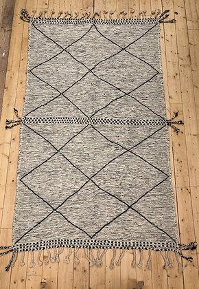 Tapis berbère Kilim Zanafi gris clair à mpsanges noirs 2,5x1,49m