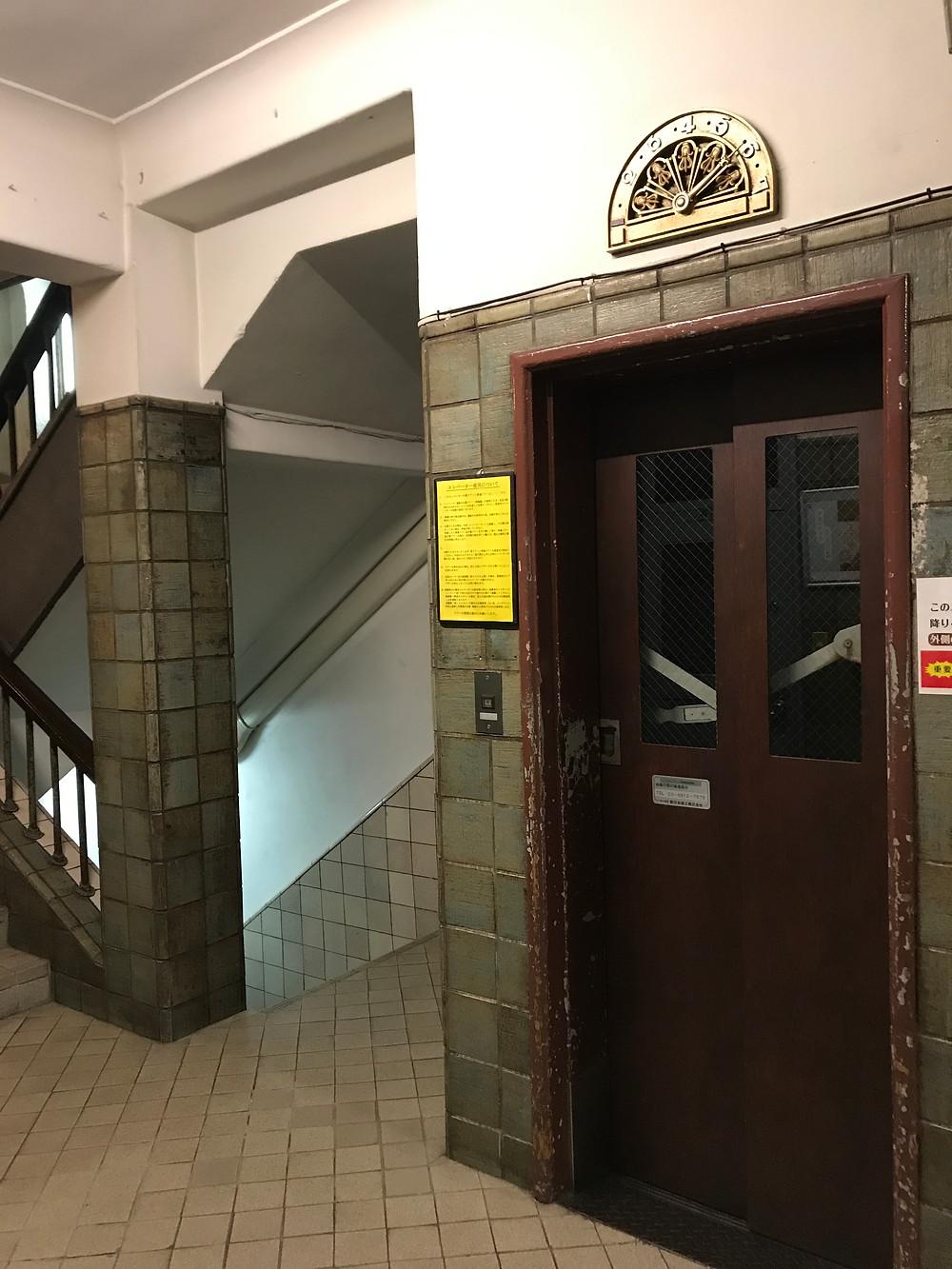 手動のエレベーター