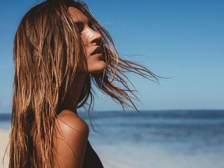 8 conseils pour avoir de beaux cheveux en été.