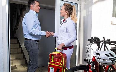 Hausarzt beim Hausbesuch