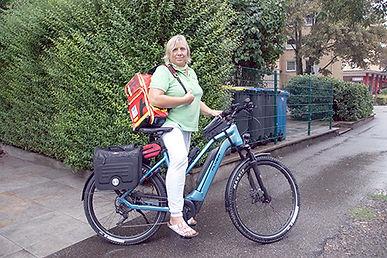 Foto_1_VERAH_mit_neuem_e-Bike_low.jpg