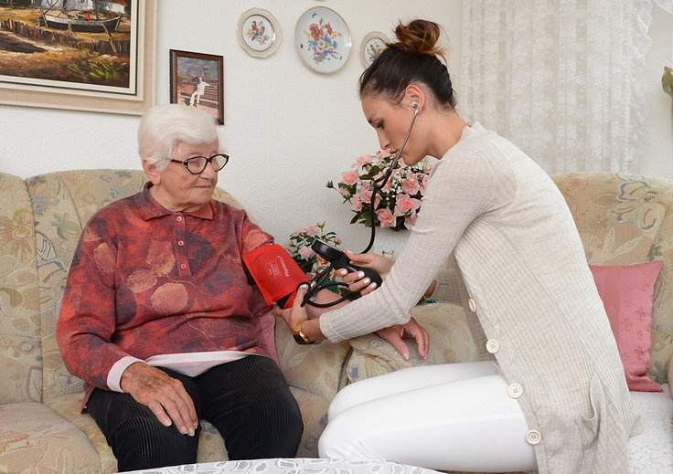 VERAH untersucht Patientin zuhause