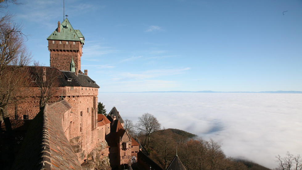 Le chateau du Haut Koenigsbourg perché sur les hauteurs au dessus des vignes
