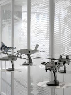 雲のようなグラフィックガラスと航空機の模型