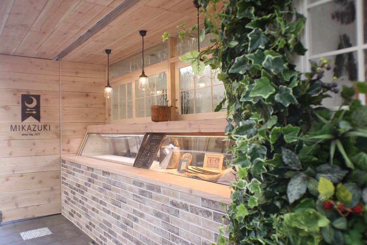 植栽と小窓と販売カウンター