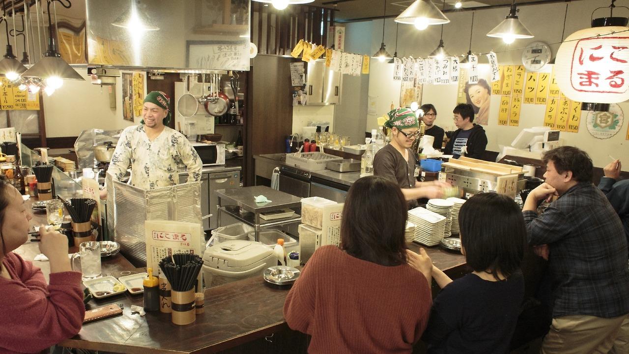 お店の真ん中の厨房をカウンターでぐるりと囲む