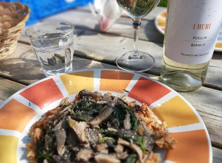 Romige paddenstoelenrisotto met spinazie en wijn