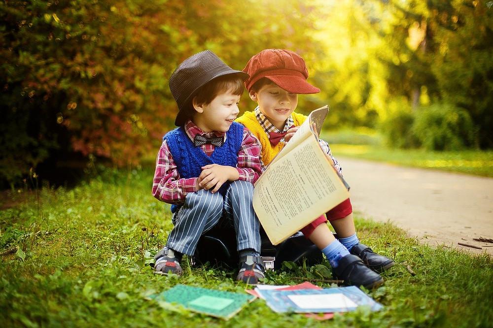 Enfants lisants