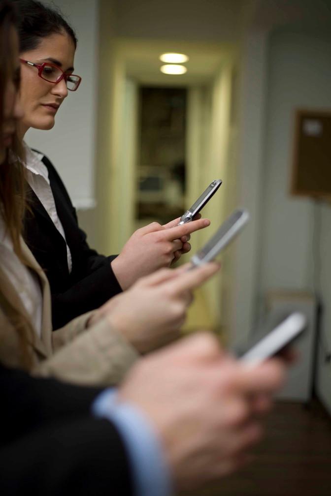 Brasileiros estão abandonando hábito de usar mais de um chip no celular