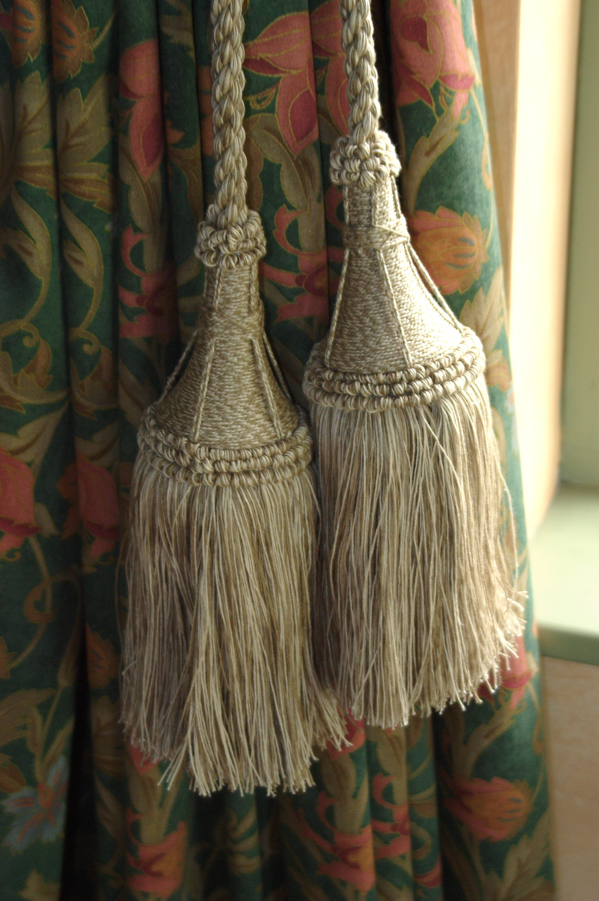 LARGE STEEPLE TASSEL LINE CUT (1)
