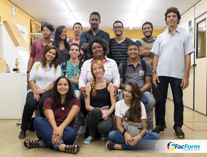 Alunos de Design da Unibratec com o professor Marcelo Penha.