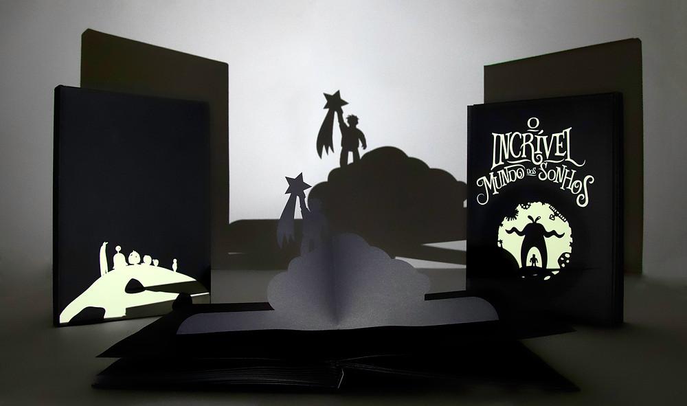 O Incrível Mundo dos Sonhos é um livro de pop up, feito especialmente para ser lido no escuro. Uma história sem roteiro, onde quem manda é a sua imaginação. Você só precisa de uma lanterna e todas as ilustrações são projetadas em uma superfície. Embarque nessa viagem e mergulhe em novos caminhos,