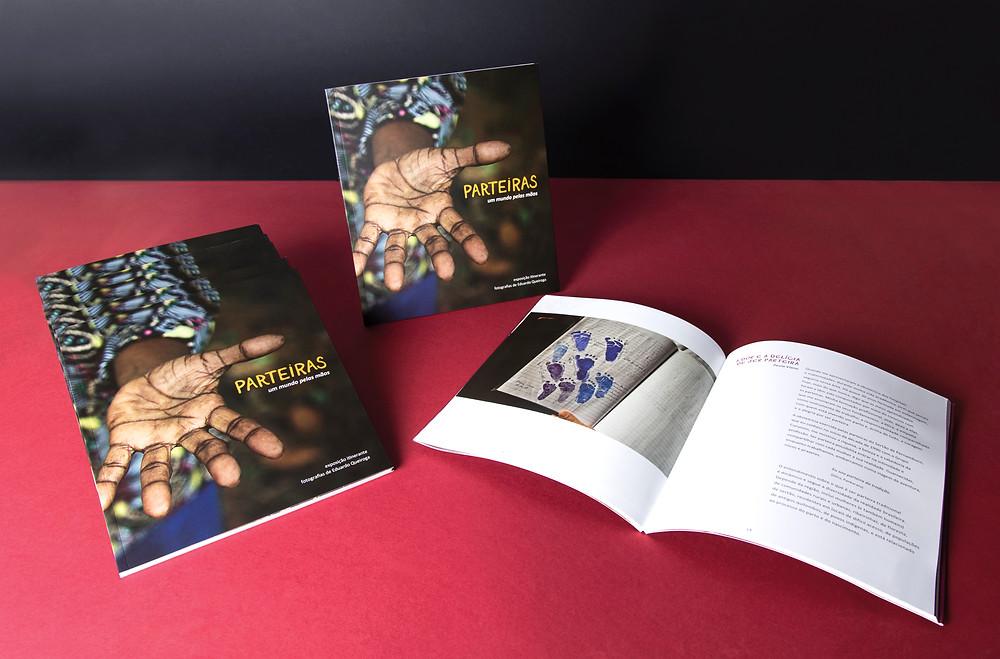 Parteiras – Um Mundo pelas Mãos, catálogo criado para a exposição de fotografias de Eduardo Queiroga. As parteiras são mulheres fortes, detentoras de saberes preciosos, com elas encontramos acolhimento, cuidado e dedicação. Se emocione com histórias e fotografias que nos fazem ver coisas que ninguém viu. Parteiras, um olhar sobre as mães de umbigo.