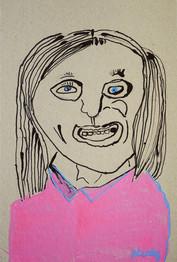 vrouw in roze shirt met grote mond
